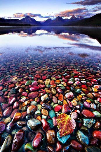 Lago McDonald es el lago más grande del Parque nacional de los Glaciares y con piedras de diversidad de colores, en Montana, Estados Unidos