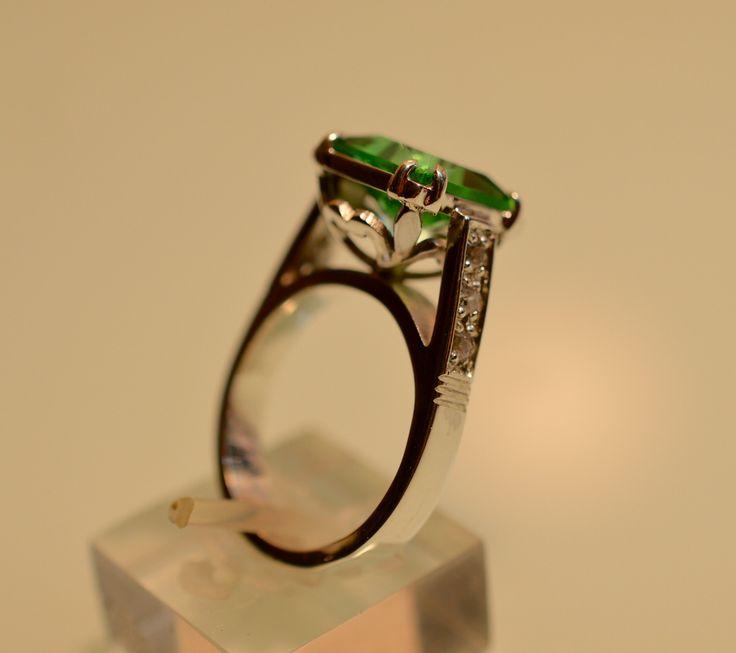 Anillo cristal tonalidad verde y circonias laterales
