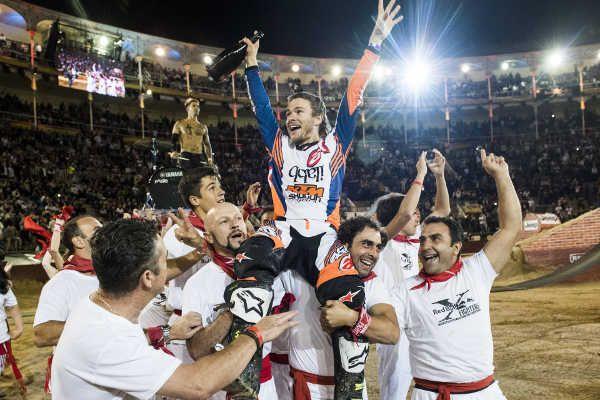 #LeviSherwood ovládl Red Bull #XFighters v Madridu, když předvedl i kombinace do dvojitého salta... #FMX  http://extrememag.cz/levi-sherwood-ovladl-red-bull-x-fighters-v-madridu/