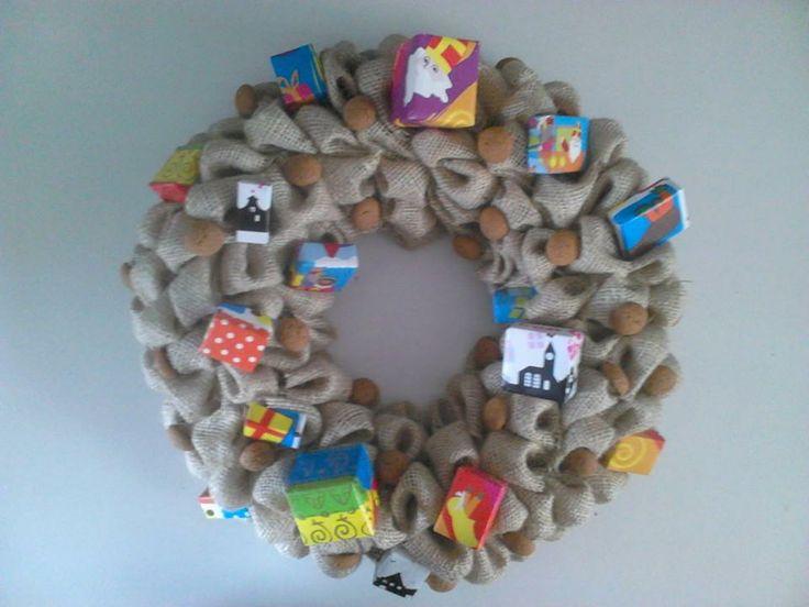 Sinterklaaskrans gemaakt van strokrans, jutte, houtenblokjes en inpakpapier