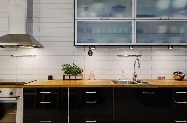 Zdjęcie: nowoczesna czarno-biała kuchnia z przeszklonymi szafkami na ścianie