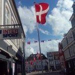 Im Juni und Juli waren wir mit Dröppel in Schleswig-Holstein und Dänemark unterwegs. Dabei waren wir nicht besonders zielgerichtet unterwegs. Nordsee, Ostsee, Nordsee – immer dem zumindest etwas besseren Wetter nach. Denn bei Regenwetter kann Camping im Bulli schon anstrengend werden. Aber schließlich ist der Weg das Ziel… Einen ersten Überblick über unsere Dänemark-Reise mit ... [weiterlesen...]