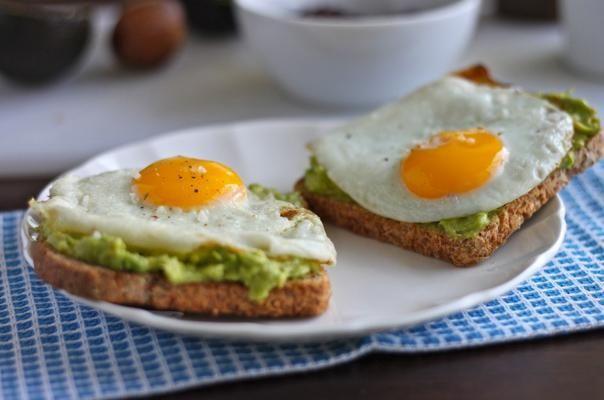 - 1 tranche de pain sans gluten ou germé (magasins bio)  - oeuf  - 1/2 avocat écrasé  - 1 jus de citron vert  Écrasez l'avocat avec une fourchette et mélangez-le avec le jus de citron vert, puis faites toaster le pain au grille pain et cuisez l'oeuf dans l'eau bouillante quelques minutes ;)