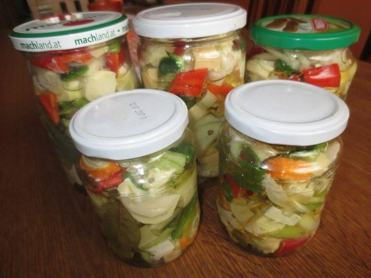 NAKLÁDANÉ SÝRY Nakrájíme si různé druhy sýrů na kostky,barevné papriky,cibuli na proužky,česnek na plátky,můžem přidat olivy a kapary. vše promícháme,nacpeme do sklenic a do každé sklenice přidáme feferonku,pár kuliček pepře, bobkový list a 2-3 lístky bylinek,podle chuti. Zalijeme olivovým olejem ve kterém promícháme špetku soli,sladké papriky a lžíci balzamikového octa. Necháme v lednici 3 dny