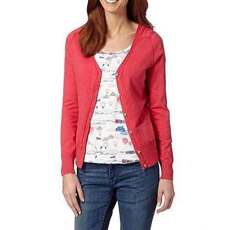 A single-coloured cardigan that complements a patterned T-shirt