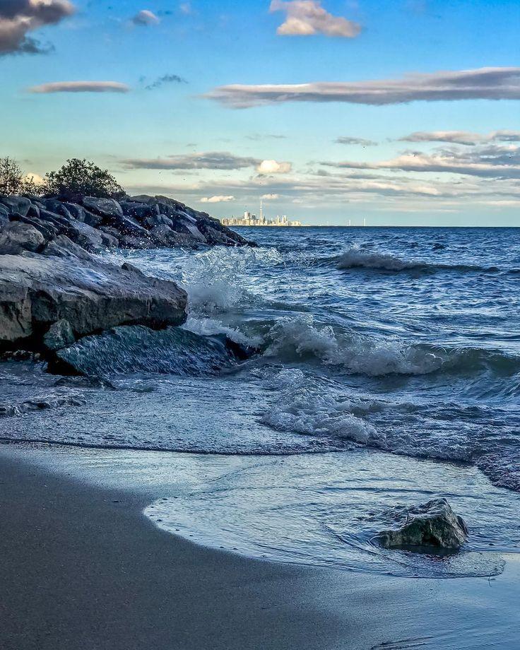 #lake #ontario #lakeontario #shore #toronto #skyline #torontoskyline #evening #waves #rocks #splash #clouds #iphone7plus #iphonephoto #iphonephotography #iphoneshot #jackdarlingpark #lakeshore #waterfront