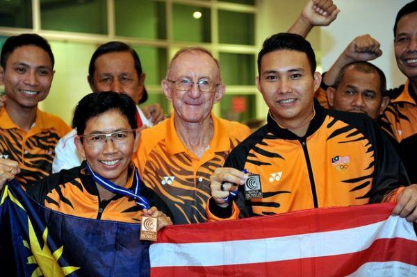 Medallistas malasios de bolo sobre césped regresan al país. Visite nuestra página y sea parte de nuestra conversación: http://www.namnewsnetwork.org/v3/spanish/index.php #malasia #kl #deportes #sports #bernama #nnn #noticias #news #bolo #malaysia #malaysiaboleh
