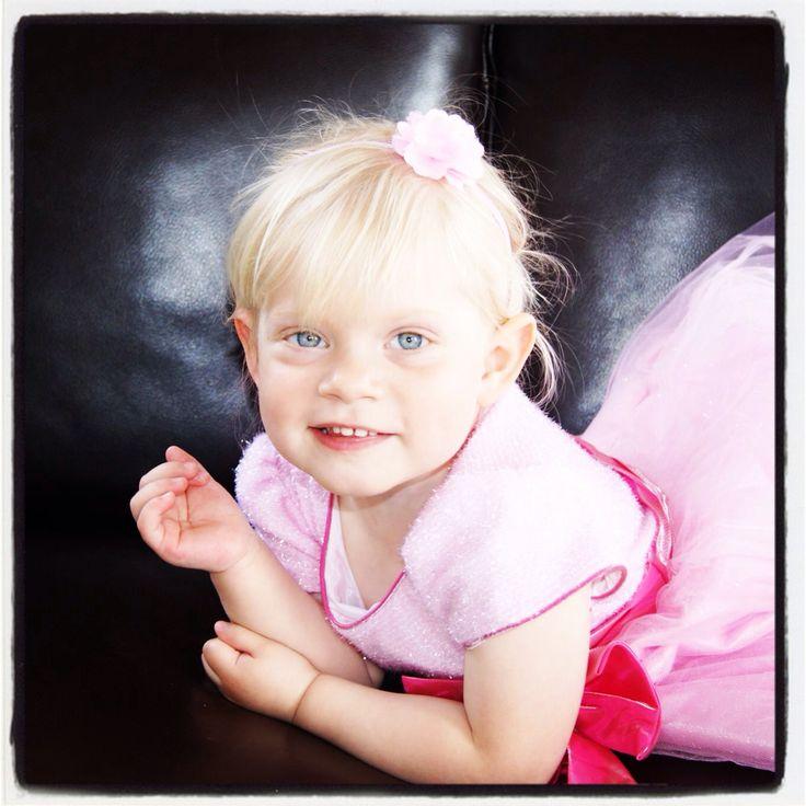 Sød lyserød tylkjole med glimmer Perfekt til brudepigekjole til en skøn prinsesse. Findes på www.akrobath.dk