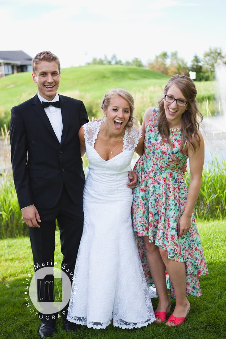 Bride and siblings laughing candid moment. Montréal Saguenay Québec. Photo: Lisa-Marie Savard Photographie