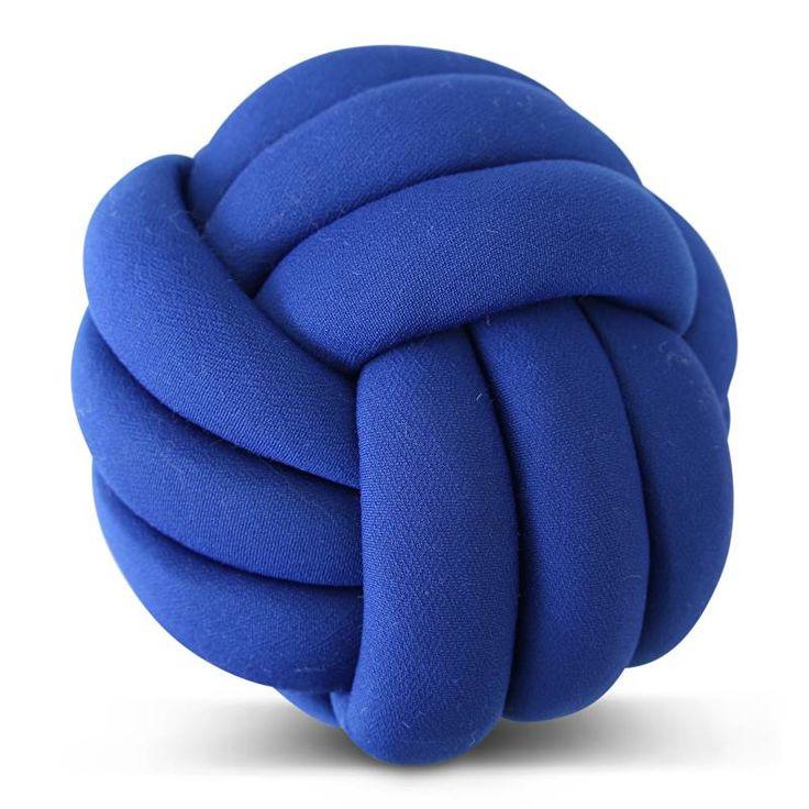 Nieuw in Nederland! Prachtig en superzacht kussen in de vorm van een geknoopte bal. Geeft door zijn bijzondere vorm en textuur direct een te gekke sfeer in je k