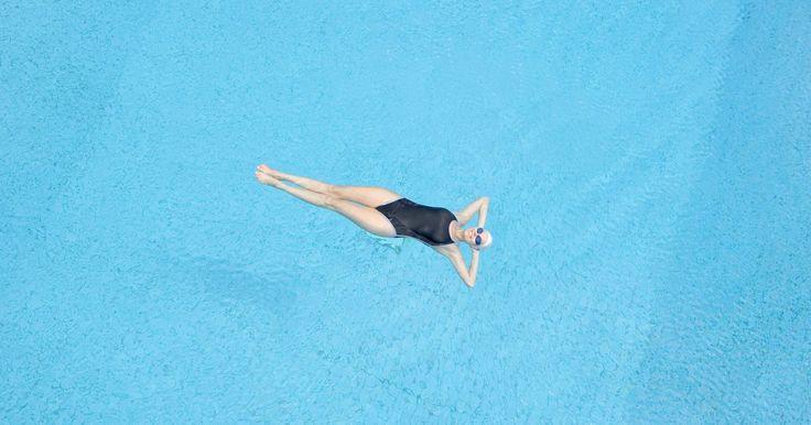 Como saber se uma bomba de piscina está com defeito. Uma bomba de piscina é um motor que provém pressão constante utilizando poder de sucção através de um filtro, onde a água é filtrada e então lançada no jato de retorno da piscina. Se a bomba não estiver funcionando corretamente, a água da piscina não poderá ser filtrada ou circulada de forma apropriada, o que pode resultar em água suja e escura. ...