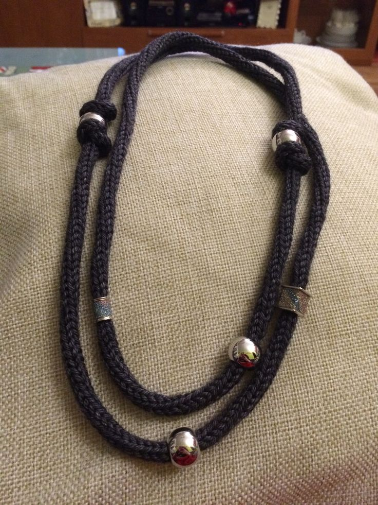 Collana di lana grigia