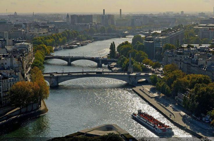 Panorama sur la Seine et les ponts de Paris - En remontant le fleuve,  Sur la droite : l'institut du Monde Arabe Sur la gauche : la gare de Lyon En arrière plan : Bercy