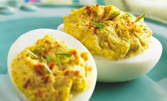 Le uova ripiene con tonno sono un antipasto veloce e perfetto da servire prima del pranzo di Natale e durante le cene delle feste