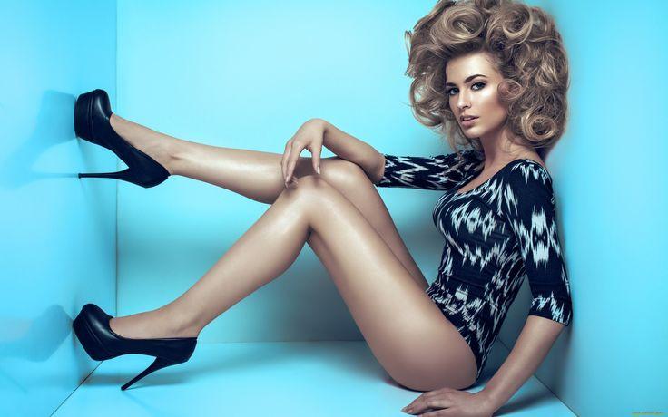 девушки, -unsort , блондинки, девушка, ножки, поза, каблуки, туфли, волосы, кудри, лицо, взгляд, стены