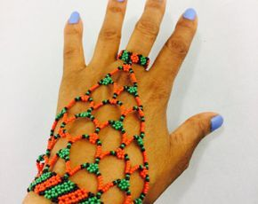 Zulú / Xhosa cuentas cortinas de bufanda alrededor del cuello a la longitud de aproximadamente 27 pulgadas. El frente tiene 3 cierre de lazos y bolas. Este exquisito collar es una declaración que seguramente pasarás desapercibida.  Mano de cuentas las mujeres zulúes de Durban, Sudáfrica.  * Mientras todos los esfuerzos se realizan para mostrar la joyería