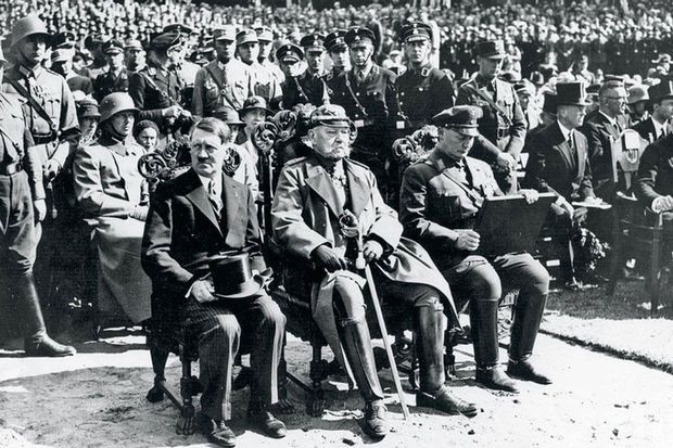 """Dans le magazine allemand Die Zeit, le biographe d'Hitler, Volker Ullrich, démontre comment le Führer a, dans un premier temps, été pris pour un clown. À n'en pas douter il s'agit d'un parallèle avec Trump, même si ce dernier n'est jamais cité. C'est un avertissement selon Ullrich. """"Dès qu'il sera au pouvoir, il se calmera de lui-même"""" disait-on d'Hitler..."""