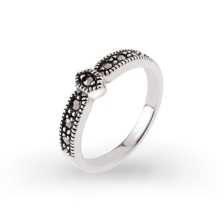 Srebrny pierścionek z markasytami pięknie połyskującymi na palcu. Propozycja delikatna, subtelna, ale z charakterem. Srebro i markasyty to idealny wybór dla osób chcących połączyć styl współczesnej kobiety z tradycyjnymi wzorami biżuterii. Pierścionek można skompletować z innymi modelami srebrnej biżuterii z markasytami.