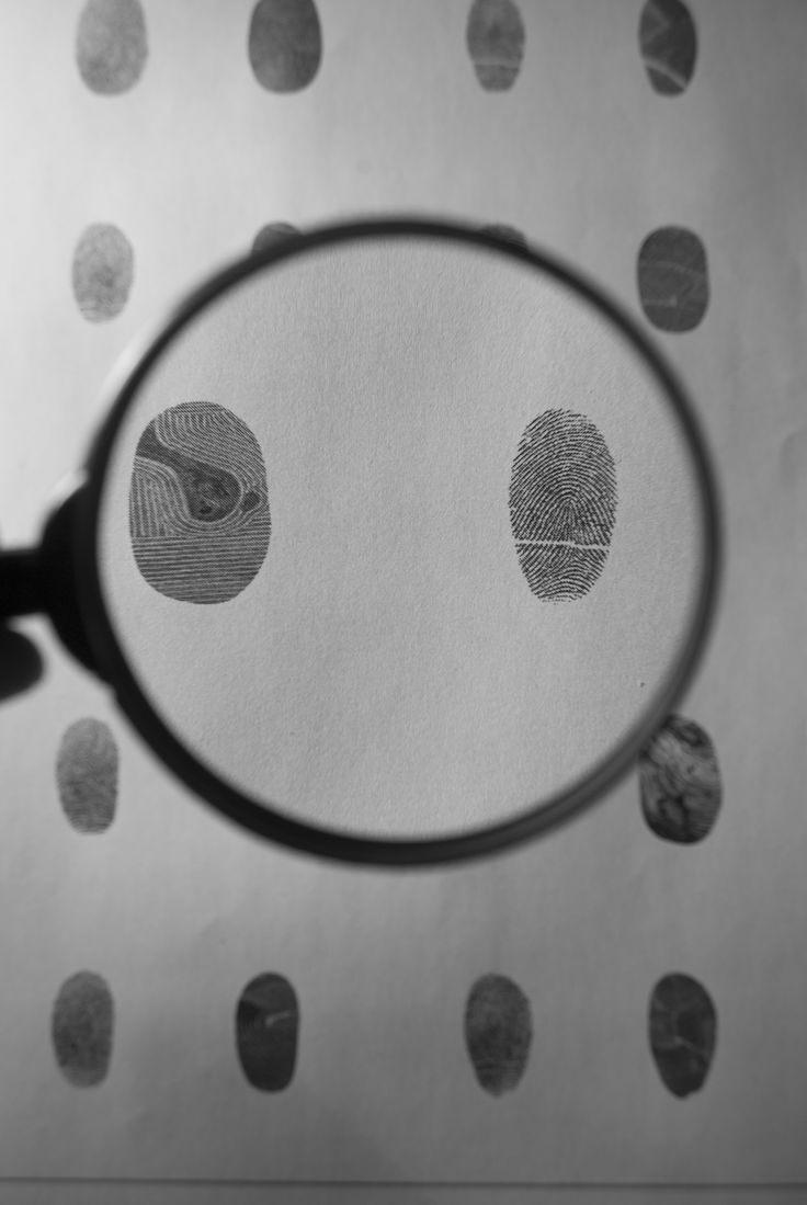 """Conosciamo l'#artista Abele Malpiedi L'#artista propone fotografie sagomate di Terre coltivate che si confondono con impronte digitali. Una lente di ingrandimento ci svela la vera """"identità"""", facendoci riscoprire l'uomo e il mondo. Qui il link dell'evento: http://www.mostra-mi.it/main/?page_id=12521"""