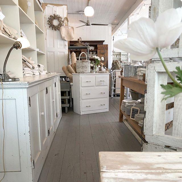 White Flower Farmhouse Farmhouse Style Decorating White Flowers Farmhouse
