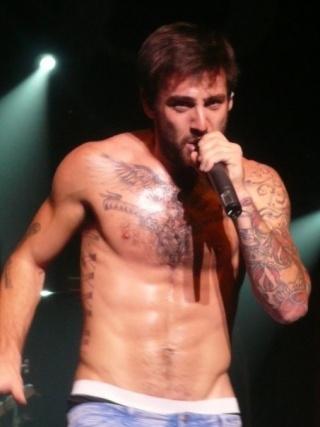 look at his...uh..his..uh...tat..face..his...yea