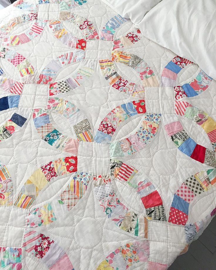 Gorgeous vintage double wedding ring quilt that @pinksuedeshoe  posted.