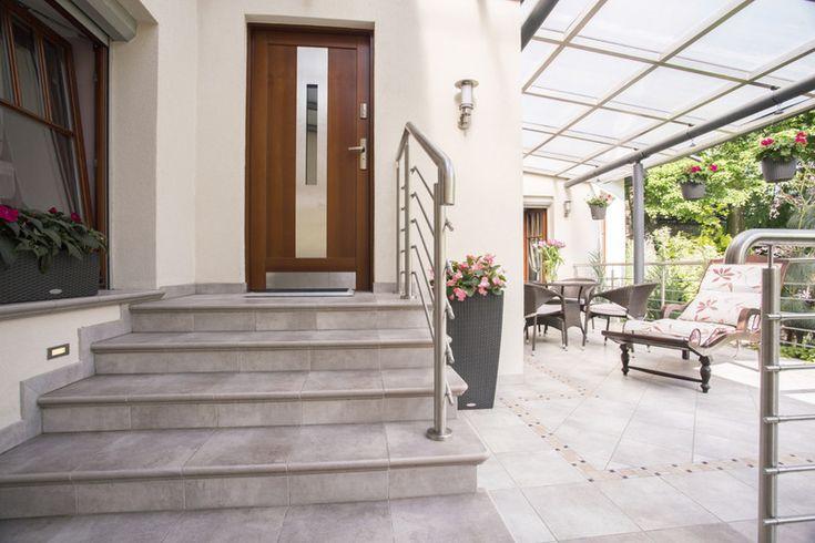 玄関階段のリフォーム!より快適な住環境にするための情報を、事例を ... 玄関の階段に手すりをつけた事例