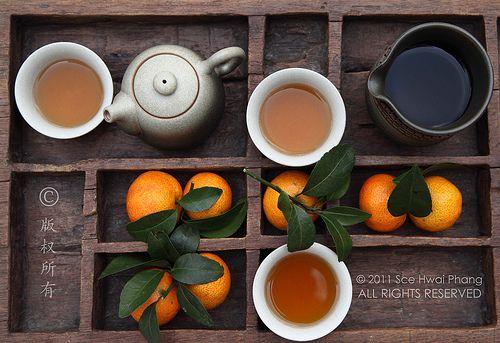 KIJK NAAR DE HERKOMST VAN VOEDSEL | VORMGEVING IN DIE STIJL ? Chinese tea set with tangerines set in a century old hand carved wooden tray - Creative Still Life Photography