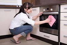 КАК ЛЕГКО ОТЧИСТИТЬ КУХНЮ ОТ ЖИРНОГО НАЛЕТА  Вам потребуется сода и подсолнечное масло (1,5:1), развести как сметану, средней густоты. Этот скраб наносите мягкой тканью на загрязненную деревянную поверхность кухни и небольшим усилием оттираете жировой налет (особенно пачкаются шкафчики над плитой), далее протираете все остальное от осевшей пыли. И ВСЁ!
