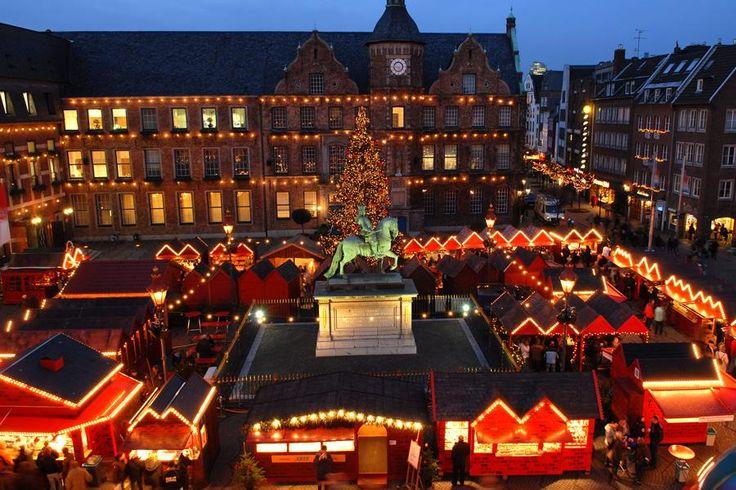 Düsseldorf verzaubert gleich mit einer spannenden Vielzahl an Weihnachtsmärkten: Besucht den traditionellen Weihnachtsmarkt in der Innenstadt und schaut unbedingt beim Mittelalter-Weihnachtsmarkt vorbei, bevor ihr anschließend mit der Familie zum Eisvergnügen auf dem Gustaf-Gründgens-Platz geht.