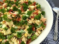 Super let og lækker opskrift på pastasalat i en skøn og cremet karrydressing med kylling, bacon og masser af dejlige grøntsager.