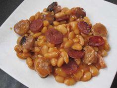 Haricots Blancs Chorizo Et Tomates (500g haricots blancs, 400g purée de tomates, 200g eau, 6 brins de romarin frais, 2 feuilles de lauriers, 2 tranches de chorizo, lardons fumées, 2 carottes, 1 oignon, 1 gousse ail, 1 c.à.s sel, 1 pincée poivre, 1 c.à.s huile d'olive)