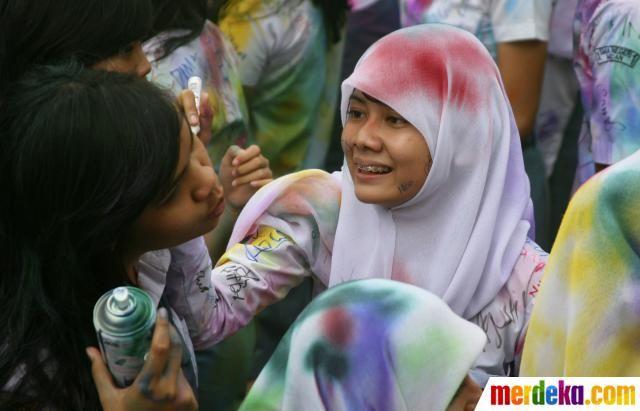 Seorang siswi SMA terlihat bahagia menandatangani seragam temannya saat merayakan akhir ujian nasional yang telah berlangsung empat hari di Medan, Kamis (19/4).