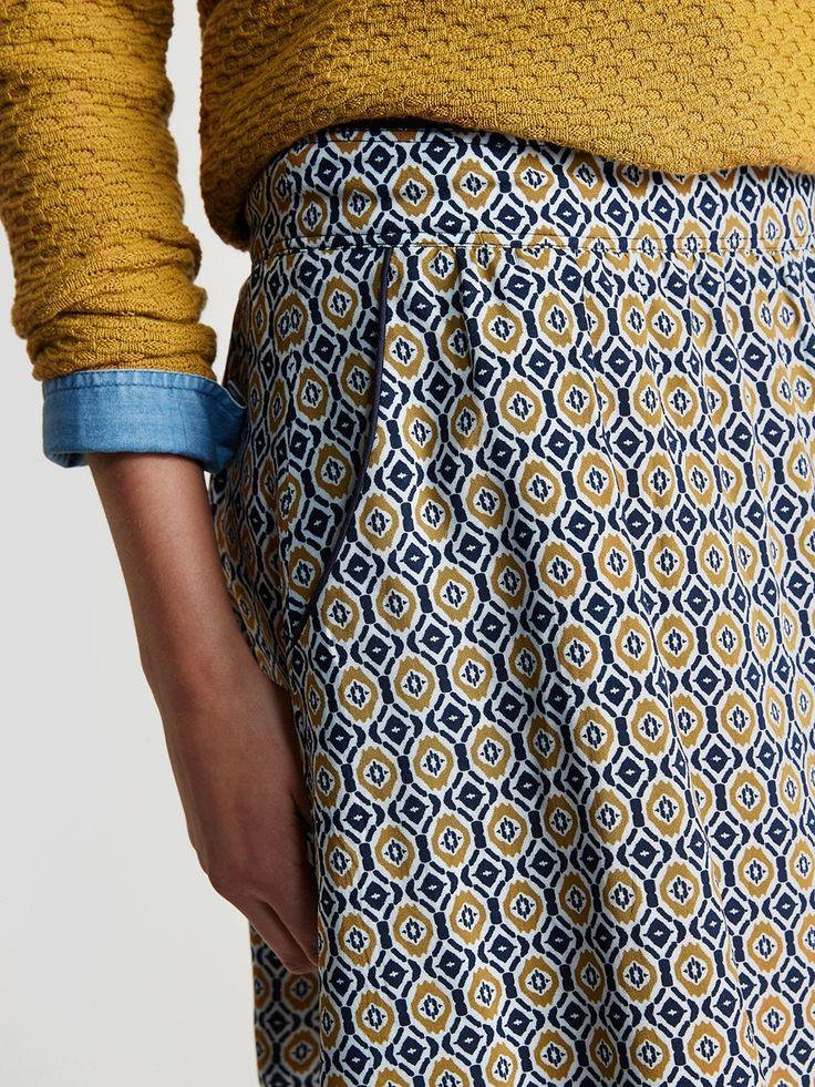 Coupe juste, matière fluide et imprimé ultra tendance. Mention spéciale pour cette jupe qui donne un bel effet optique à notre look. DétailsCoupe évas