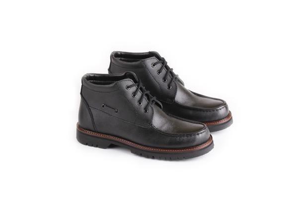 Sepatu Boot Pria tersedia banyak ukuran. Cocok untuk hadiah untuk orang yang Anda sayangi agar terlihat lebih gaya, tampil berbeda dan percaya diri. Sepatu Boot Pria dengan bahan KULIT dan Outsole TPR ini dijamin awet! Ukuran: 38-43 Warna: HITAM Sepatu Boot Pria Bahan KULIT Kuat 100% Original