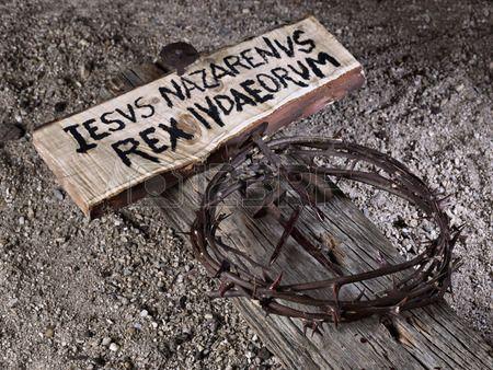 Simulaci n de los clavos de Jes s Cristo y la corona de espinas Foto de archivo