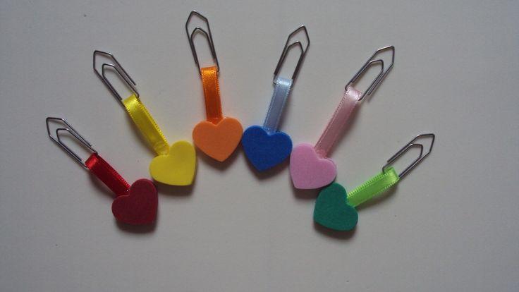 Kit de clips decorados com apliques de E.V.A e fita de cetim. Ideal para agendas, cadernos, entre outros. Ótima opção para presentear as crianças. Preço referente ao pacote com 6 unidades. As dimensões do produto são referentes ao tamanho do aplique de E.V.A .