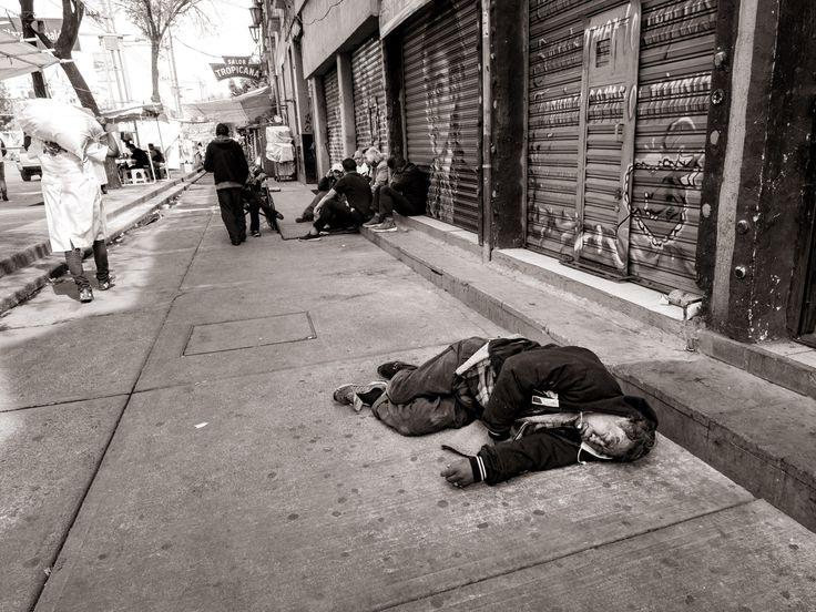 La vie dure à MexicoUn homme dort dans la rue à l'heure du midi.