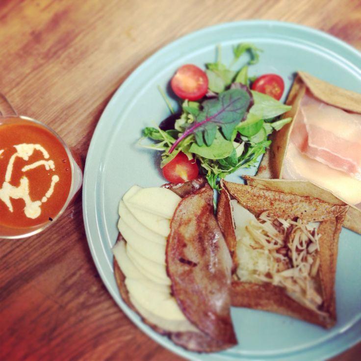 盛り付けがうまくなりたい…  本日の朝食: ガレット3種 生ハム、ポテトときのこ、りんごとハチミツ トマトクリームスープ  #breakfast