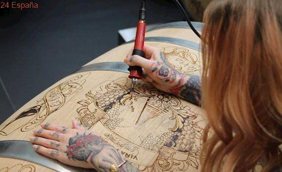 Tres de los mejores tatuadores del mundo graban a fuego barricas de vino