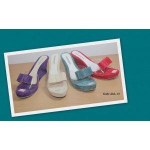 WEDGES PITA BLUDRU. Sepatu Wanita dengan bahan bludru model pita yang tersedia dalam beberapa pilihan warna pastel. Ideal untuk anda yang menginginkan penampilan Simple dan elegant.