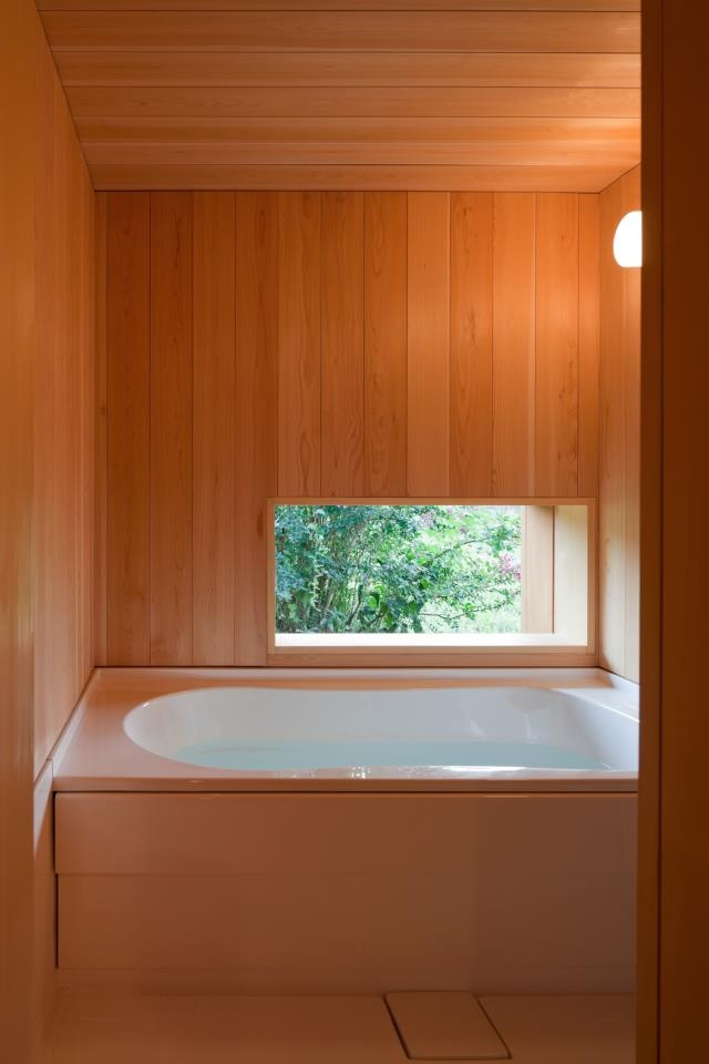 nice, simple bathroom - 木のお風呂 自分の家で温泉気分を味わえますよ ♪