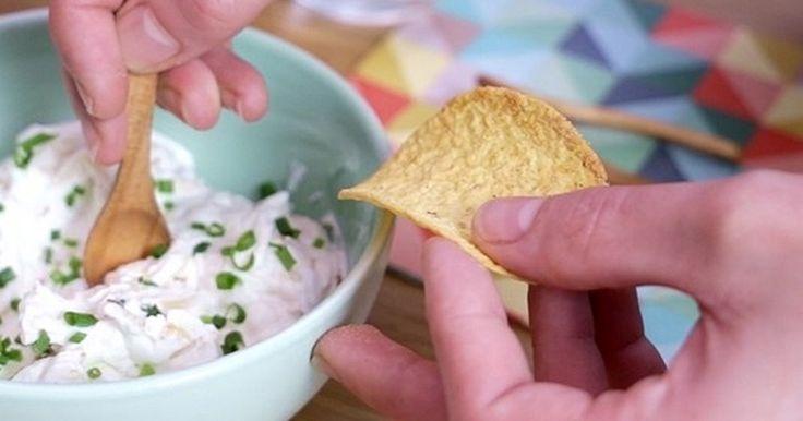 Pour l'heure tant attendue de l'apéro, régalez vos invités en leur servant dedélicieux Pringles Tortilla chips accompagnés d'une sauce savoureuse aux oignons caramélisés et au f...