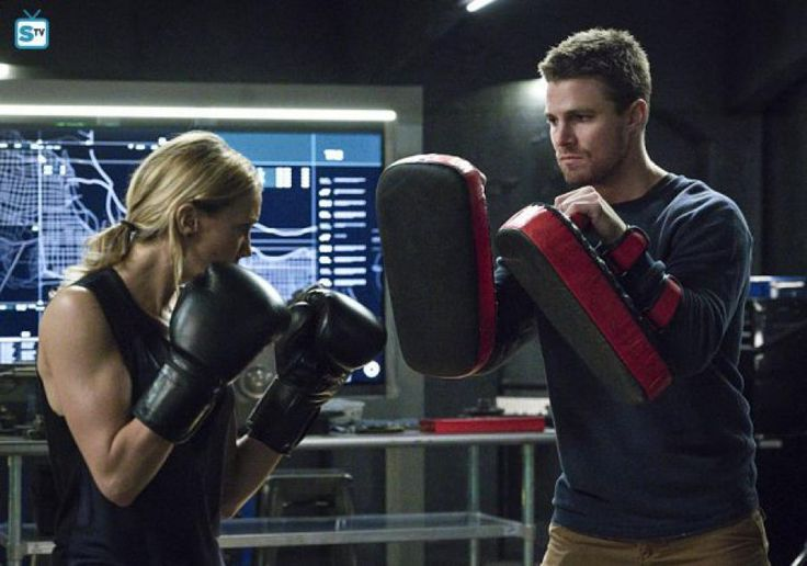 Arrow, season 4, saison 4, episode 11, synopsis, photo promo, AWOL,  spoilers, oliver, felicity, diggle, vidéo promo, trailer, bande annonce, streaming, vostfr, télécharger, torrent, révélations, felicity, morte, tombe, identité, 4x11, 4x10