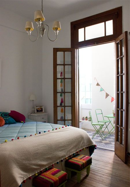 Bedroom with terrace full of color / Dormitorio con terraza llena de color
