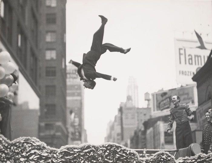 PARIS - JEU DE PAUME. Exposition Garry Winogrand -  du 14 octobre 2014 au 08 février 2015. Chroniqueur célèbre de l'Amérique de l'après-guerre, encore mal connu. Il est cependant sans conteste l'un des maîtres de la photographie de rue américaine, au même titre qu'Evans, Frank, Friedlander ou Klein. Célèbre pour ses photographies de New York et de la vie aux États-Unis depuis les années 1950 jusqu'au début de la décennie 1980.