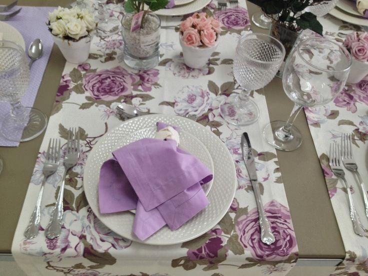 Toalhas, jogos americanos ou passadeiras de mesa com estampas florais dão mais alegria a qualquer produção, as pessoas em geral tem uma ten...