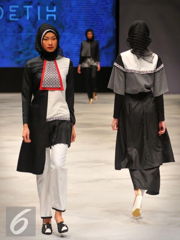 Model mengenakan busana rancangan Zaskia Sungkar pada Indonesia Fashion Week (IFW) 2016 di JCC Senayan, Jakarta, Jum'at, (11/03). Fashion Hijab kini mulai marak di Fashion Internasional. (Liputan6.com/Faisal R Syam)