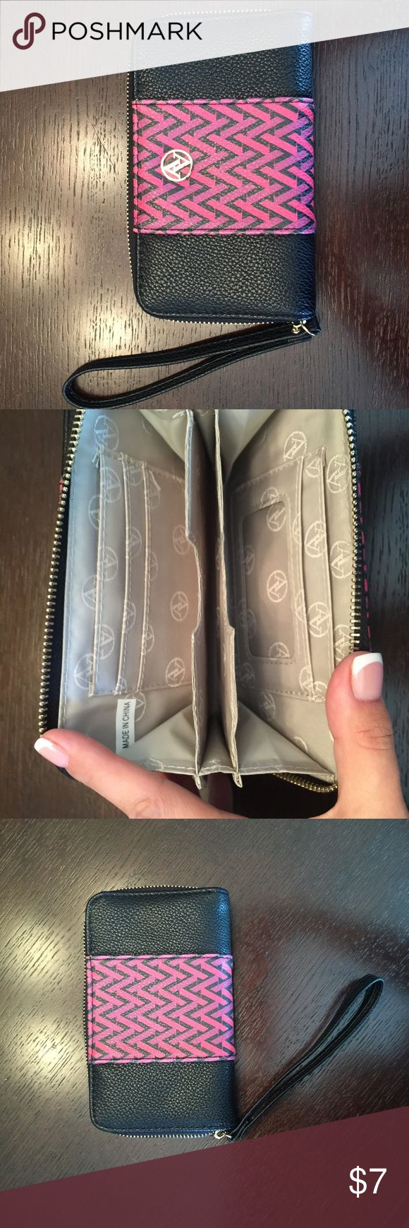 Adrienne Vittadini Wallet Excellent condition! Adrienne Vittadini Bags Wallets