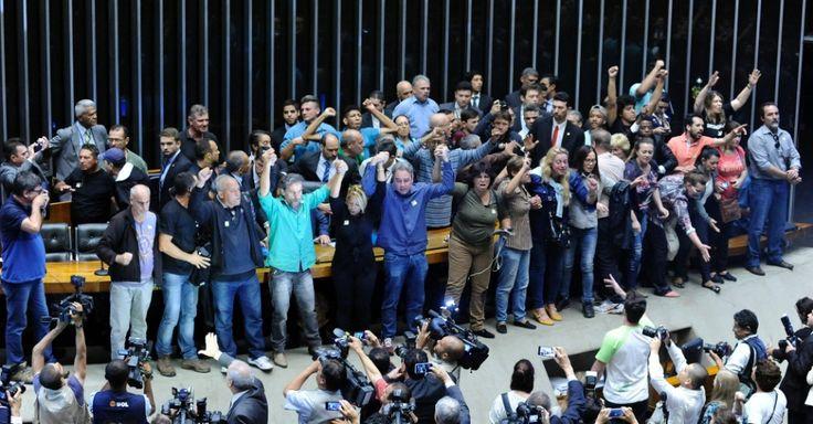 Manifestantes a favor da intervenção militar invadem plenário da Câmara
